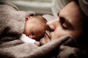 新生儿竖抱的危害怎么正确怀抱婴儿
