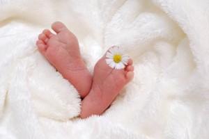 新生儿哺乳的正确姿势是什么呢哪些情况不能进行哺乳